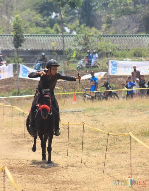 Puluhan Atlet Pemanah Berkuda Adu Tangkas, Penonton Sangat Terhibur