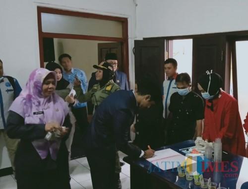 Anggota DPRD Kota Blitar antre ikuti tes urine.(Foto : Aunur Rofiq/BlitarTIMES)