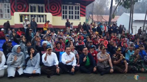 Bupati Banyuwangi bersama Forpimda bersama dengan para penambang belerang
