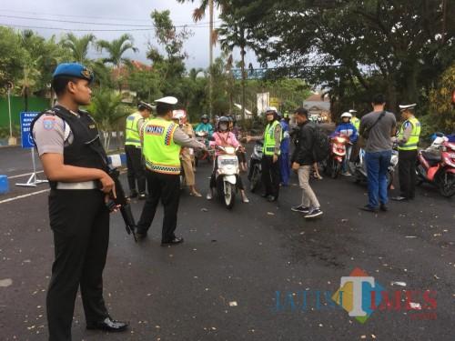 Petugas kepolisian saat menertibkan pengguna jalan yang melanggar ketentuan lalu lintas (Foto : Ashaq Lupito / MalangTIMES)