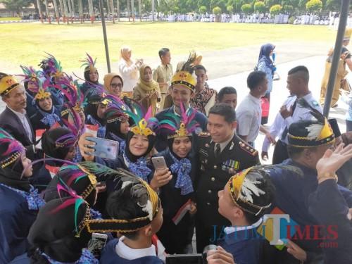 Kapolres Lumajang diserbu peserta upacara untuk foto selfie (Foto : Moch. R. Abdul Fatah / Jatim TIMES)