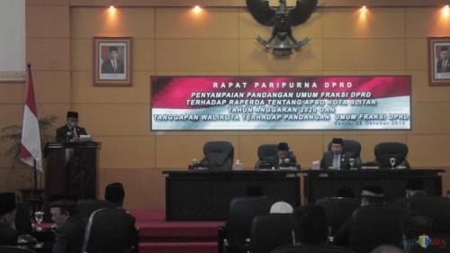 Plt Wali Kota Blitar Santoso memberikan tanggapan atas pandangan fraksi-fraksi DPRD Kota Blitar.(Foto : Aunur Rofiq/BlitarTIMES)