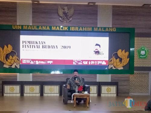 Ketua Lesbumi PBNU Agus Sunyoto dalam pembukaan Festival Budaya 2019 UIN Malang. (Foto: ImarotulIzzah/MalangTIMES)