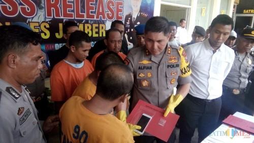 Kapolres Jember AKBP. Alfian Nurrizal saat mendengar pengakuan tersangka pemuja sabu (foto : Moh. Ali Makrus / JatimTIMES)