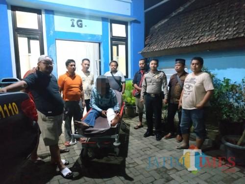 Tersangka Andrianto alias Gento (tengah baju biru) saat diamankan petugas gabungan karena terlibat kasus pencurian (Foto : Polsek Bantur for MalangTIMES)