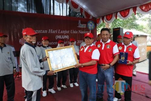 Bupati dan Wabup menegaskan Pemkab Blitar berkomitmen meningkatkan kualitas hidup lansia di Kabupaten Blitar.(Foto: Aunur Rofiq/BlitarTIMES)