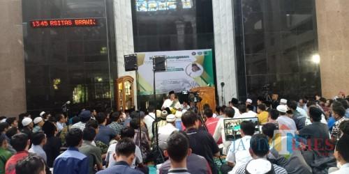 Gus Muwafiq saat berbicara dalam Ngaji Kebangsaan di Masjid Raden Patah UB. (Foto: Didik for MalangTIMES)