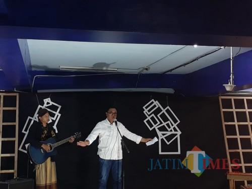 Wakil Wali Kota Malang Sofyan Edi Jarwoko saat membacakan puisi karya Gus Mus dalam Malam Umbar Kata (Arifina CahyatiPYC/MalangTIMES)