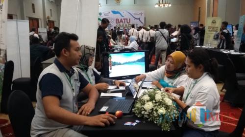 Seller dan buyer saat bertransaksi di Batu Smart Tourism, Selasa (29/10/2019). (Foto: Irsya Richa/MalangTIMES)