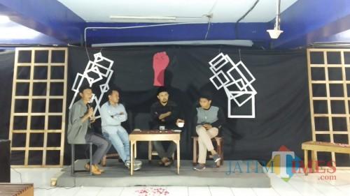 Tiga pemateri Malam Umbar Kata dalam diskusi bertajuk 'Sumpah, Pemuda Pernah Bersumpah' di Coffee Times, Senin (28/10/2019) (Pipit Anggraeni/MalangTIMES).