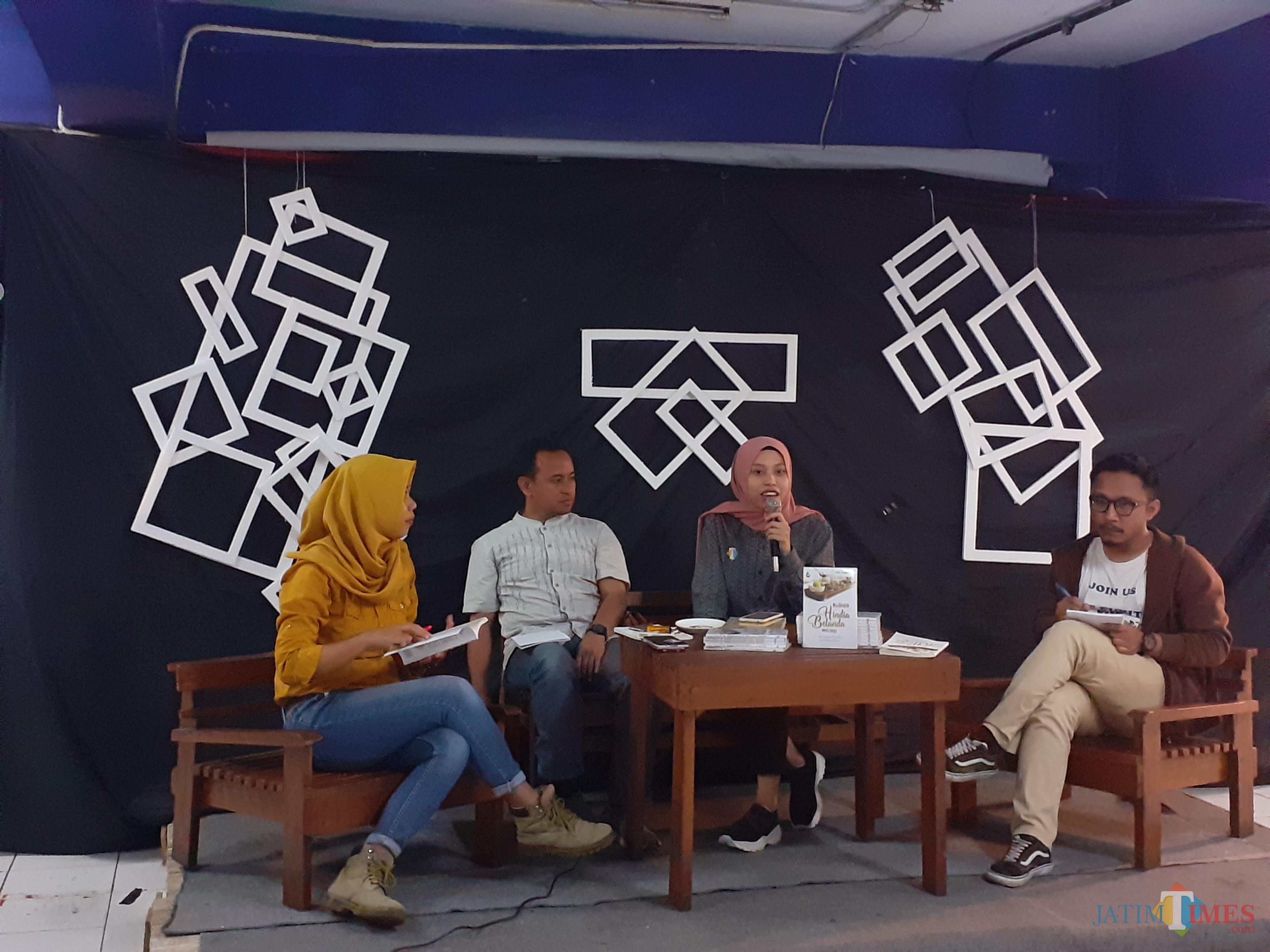 Suasana bedah buku kuliner Hindia-Belanda karya Pipit Anggraeni di Coffee Times, Selasa (29/10) malam. (Arifina Cahyanti Firdausi/MalangTIMES)