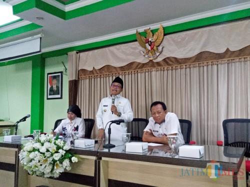 (dari kiri ke kanan) Kepala Dinas Pendidikan Zubaidah, Wali Kota Malang Sutiaji, dan Kepala Dinas Kesehatan Supranoto. (Foto: Imarotul Izzah/MalangTIMES)