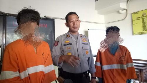Kapolsek Sukun, Kompol Anang Tri Hananta, saat menunjukan dua pelaku pencurian (ist)