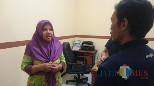 Kepala Seksi Surveilans dan Imunisasi Dinkes Jombang Indah Fajariyati saat diwawancarai sejumlah wartawan di ruangannya. (Foto : Adi Rosul / JombangTIMES)