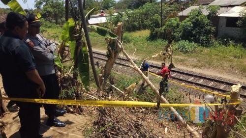 Polisi melakukan olah TKP lanjutan sekaligus memasang garis polisi di lokasi penemuan mayat Suwati