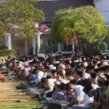 Berharap Segera Turun Hujan, Ratusan Siswa SMA dan SMK di Pamekasan Salat Istiqo'