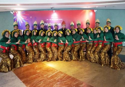 Tim Paduan Suara Mahasiswa Gema Gita Bahana UIN Malang saat tampil dalam kejuaraaan internasional Jakarta World Choir Festival (JWCF) 2019. (Foto: Humas)