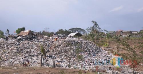 Tumpukan sampah menggunung di eks TPA Lowokdoro (Pipit Anggraeni/MalamgTIMES).