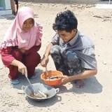 Bermodal Wajan dan Terik Matahari, Warga Indramayu Berhasil Menggoreng Ikan