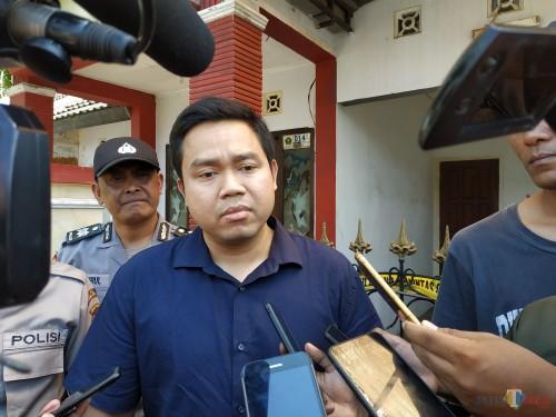 Kasat Reskrim Polres Malang Kota  AKP Komang Yogi Arya Wiguna saat dijumpai di depan TKP. (Hendra Saputra)