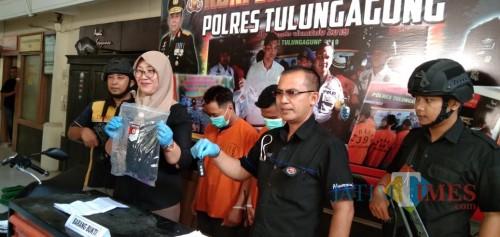 Ipda Anwari saat menunjukan barang bukti kasus persetubuhan dan pencabulan terhadap santriwati. (foto : Joko Pramono/Jatim Times)