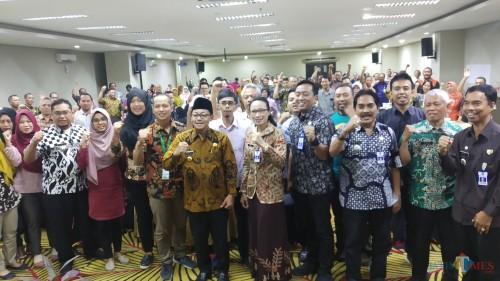 Wali Kota Malang Sutiaji (tengah) didampingi Kepala Barenlitbang Kota Malang Dwi Rahayu  berfoto bersama Laskar Perencana (Pipit Anggraeni/MalangTIMES)