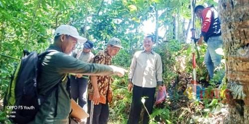 Petugas ukur dari BPN Banyuwangi saat di lapangan dikawal notaris dan PPAT Ridwan SH. M.Kn
