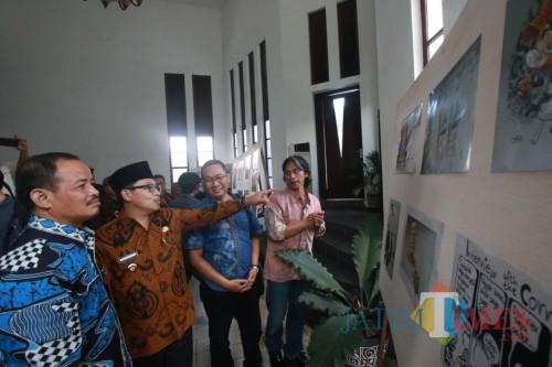 Wali Kota Malang (batik cokelat berkopiah) saat melihat-lihat pameran Saweran Kartun di  Balai Kota Malang, Kamis (31/10). (Arifina Cahyanti Firdausi/MalangTIMES)