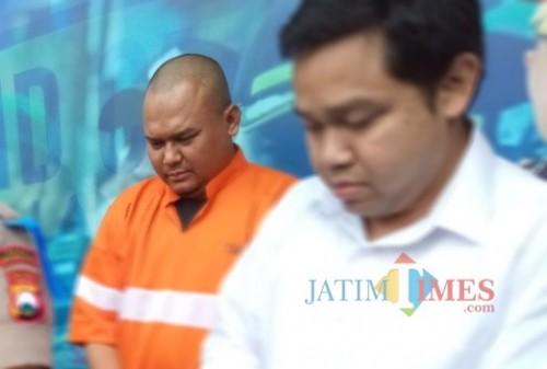 Ery Ege Anwar, pelaku penganiaya anak hingga tewas (baju oranye) saat dirilis di Polres Malang Kota. (Anggara Sudiongko/MalangTIMES)