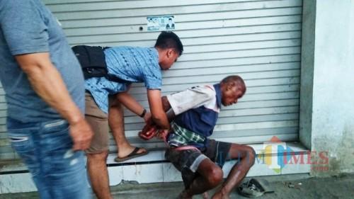 Kakek tua sehabis di massa diamankan polisi