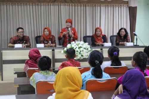 Kepala Dinas Pendidikan Kota Malang Zubaidah (pegang mik) dalam pembukaan Lomba Geguritan dan Lomba Menulis Huruf Jawa.. (Foto: Humas)