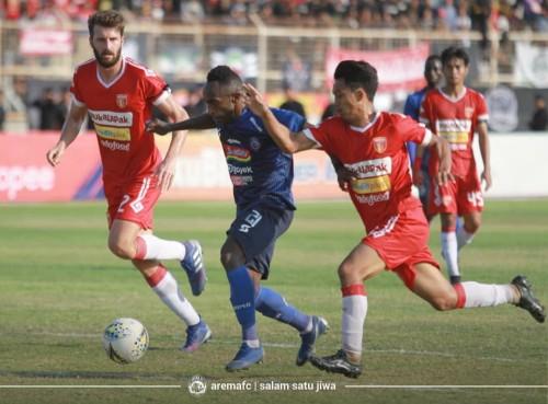 Kerja keras pemain Arema FC (biru) saat menghadapi Badak Lampung FC (official Arema FC)