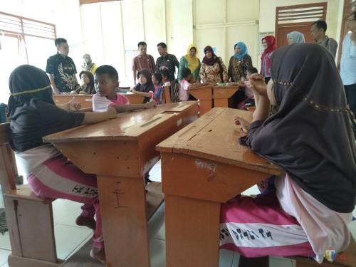 Rombongan Komisi D DPRD Jombang sidak ke ruang kelas 1 di SDN 1 Jatipelem, terlihat para siswa masih menggunakan seragam TK. (Foto : Adi Rosul / JombangTIMES)