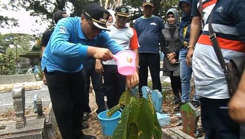 Wakil Wali Kota Malang, Sofyan Edy Jarwoko saat melakukan penanaman dan penyiraman pohon cacao dalam simbolis peresmian program Penanaman Pohon Kenangan(ist)