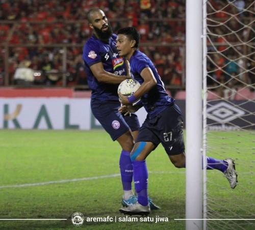 Dedik Setiawan (bawa bola) saat menyumbang satu gol untuk timnya ketika lawan PSM Makassar (official Arema FC)
