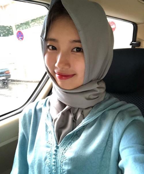 Suzy saat mengenakan hijab.