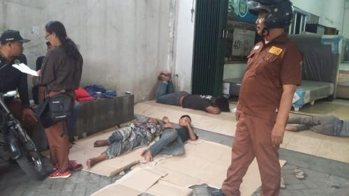 Tim TRC PKMS saat menemukan anjal tidur di jalanan (Dinsos for MalangTIMES)