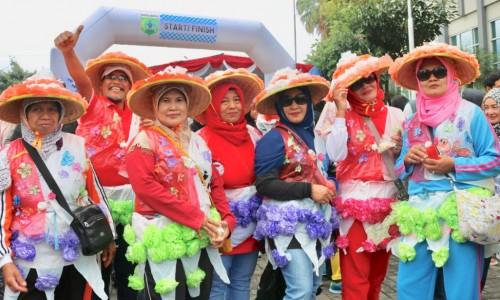 Jalan Sehat Pakai Seragam Plastik, Kampanyekan Lingkungan Bersih Kota Batu