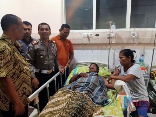 Kasatlantas Polres Tebing Tinggi AKP S. Siagiaan ketika mengunjungi pasien di rumah sakit.