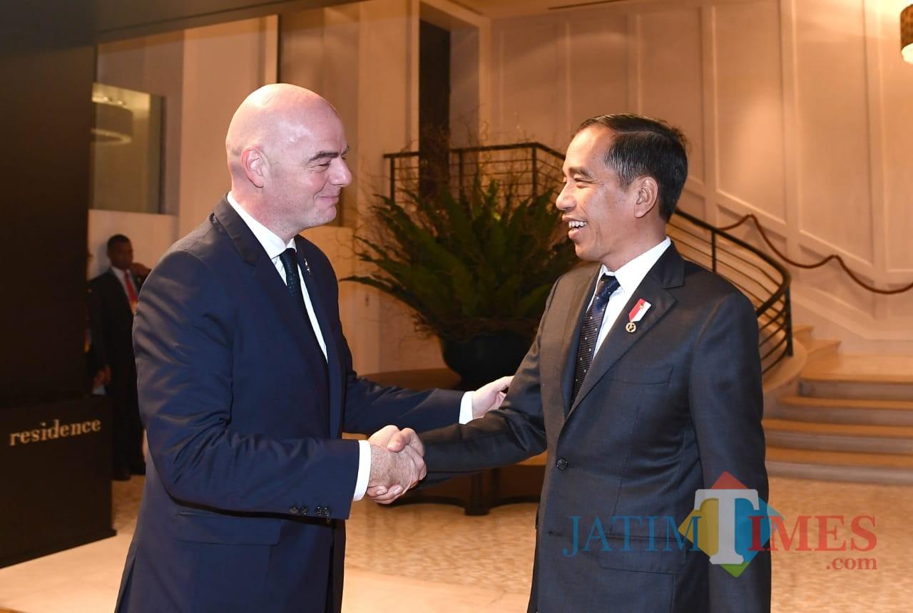 Presiden RI Joko Widodo (kanan) dan Presiden FIFA Gianni Infantino bertemu di Bangkok.