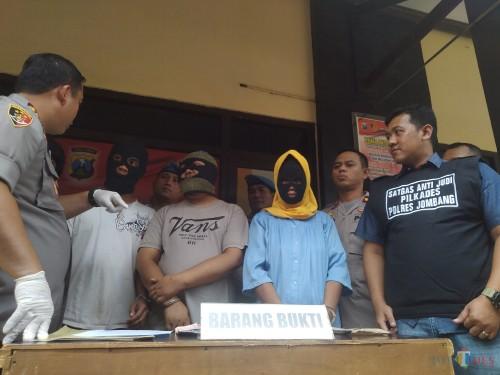 Mengenakan penutup kepala, ketiga pelaku perjudian di Pilkades serentak di Jombang saat dihadiri dalam pers rilis ungkap kasus judi Pilkades. (Foto : Adi Rosul / JombangTIMES)