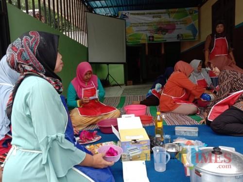 Didampingi Tim FTP Unej, Warga Bikin Makanan Olahan dari Buah-buahan