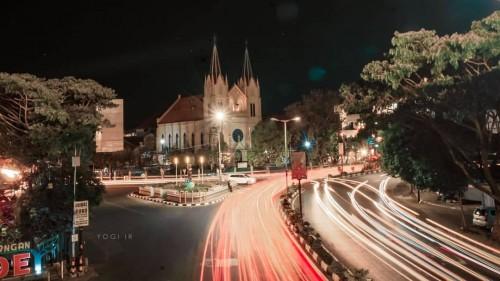 Kecantikan kawasan Kayutangan saat malam hari (Yogi IR/MalangTimes)