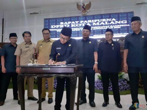 Penandatangan kesepakatan Ranperda APBD Kota Malang 2020 saat Rapat Paripurna di DPRD Kota Malang, Senin (4/11) (Arifina Cahyanti Firdausi/MalangTIMES)