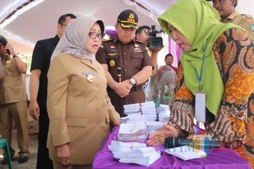 Bupati Jombang Mundjidah Wahab memonitor jalannya pelaksanaan Pilkades di Desa Sengon. (Foto : Adi Rosul / JombangTIMES)