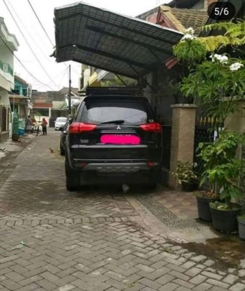 Foto parkiran dengan kanopi yang mengearah ke arah ajalan yang sempat viral (ist)