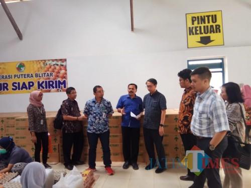 Kemenko Perekonomian RI dan TPID DKI Jakarta saat tinjauan lapang ke Koperasi Putera Blitar melihat potensi telur ayam