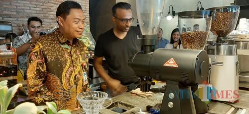 Kepala Kantor Perwakilan BI Malang Azka Subhan (kiri) bersama owner Amstirdam Sivaraja. (Foto: Imarotul Izzah/MalangTIMES)