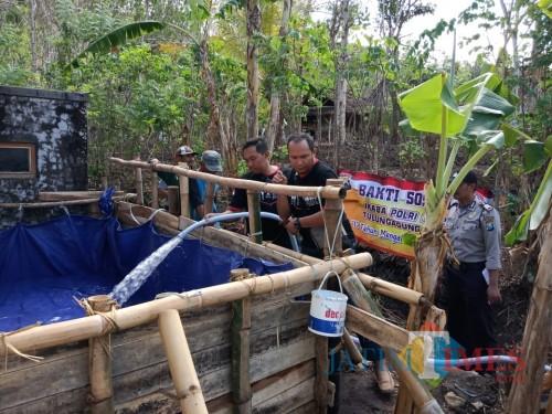 Para Ikaba Polri 2002 Tulungagung Raya berikan bantuan air bersih Di Blendis Gondang / Foto : Frean / Tulungagung TIMES