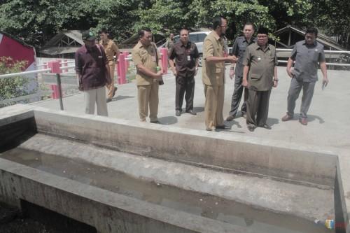Plt Wali Kota Blitar Santoso meninjau lokasi pengolahan tinja di IPLT milik DLH. (Foto : Aunur Rofiq/BlitarTIMES)